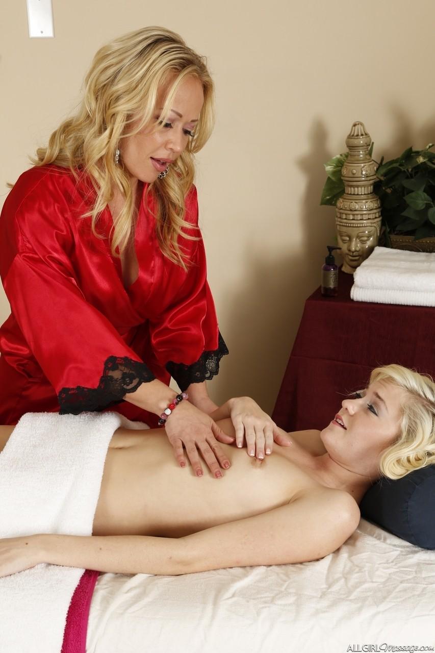 Зрелая массажистка увидела прелести у телки и захотела секса с ней. Фото - 7