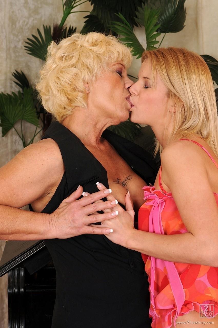 Телка сделала фистинг пожилой лесбиянким. Фото - 7