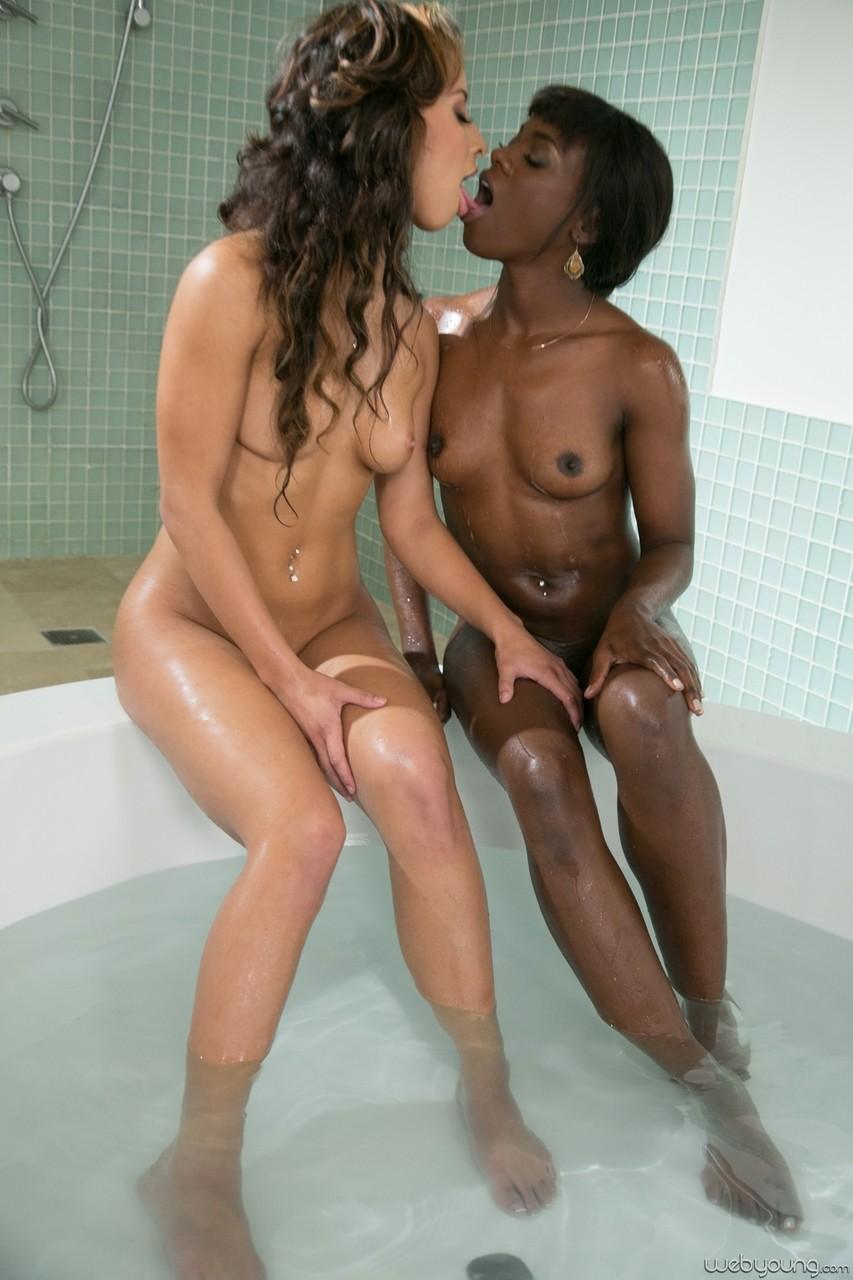 Лесбиянство белой и шоколадки в ванной. Фото - 7