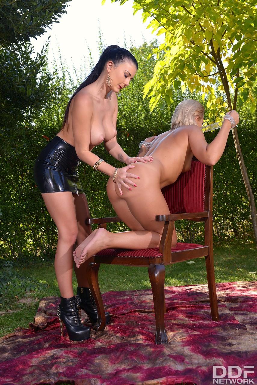 Госпожа страпонит рабыню в кандалах между булок. Фото - 10