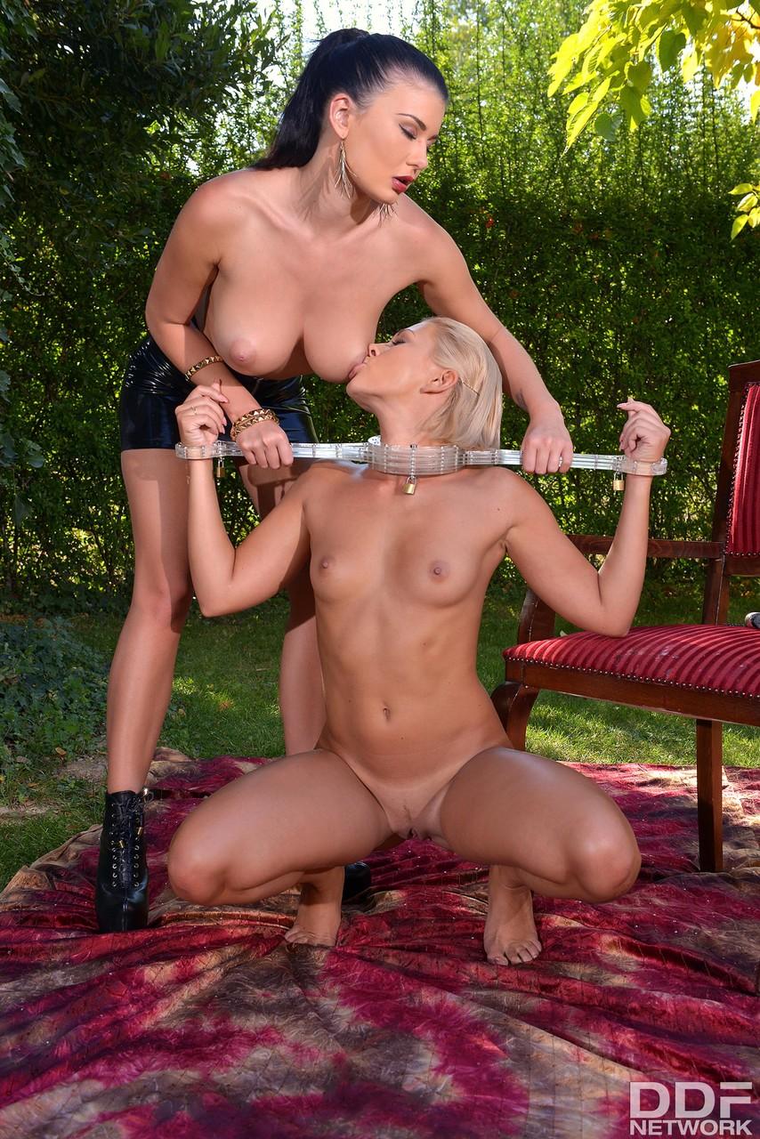Госпожа страпонит рабыню в кандалах между булок. Фото - 7