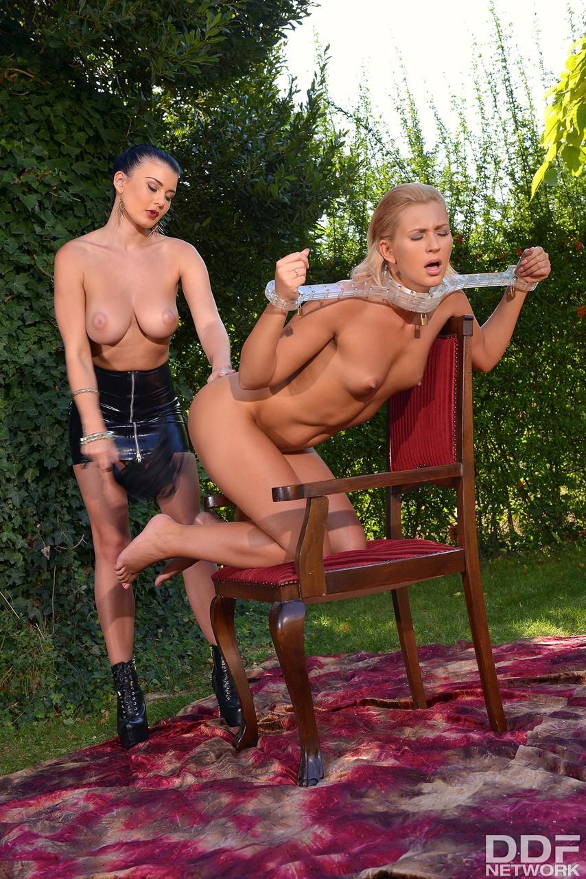 Госпожа страпонит рабыню в кандалах между булок. Фото - 9
