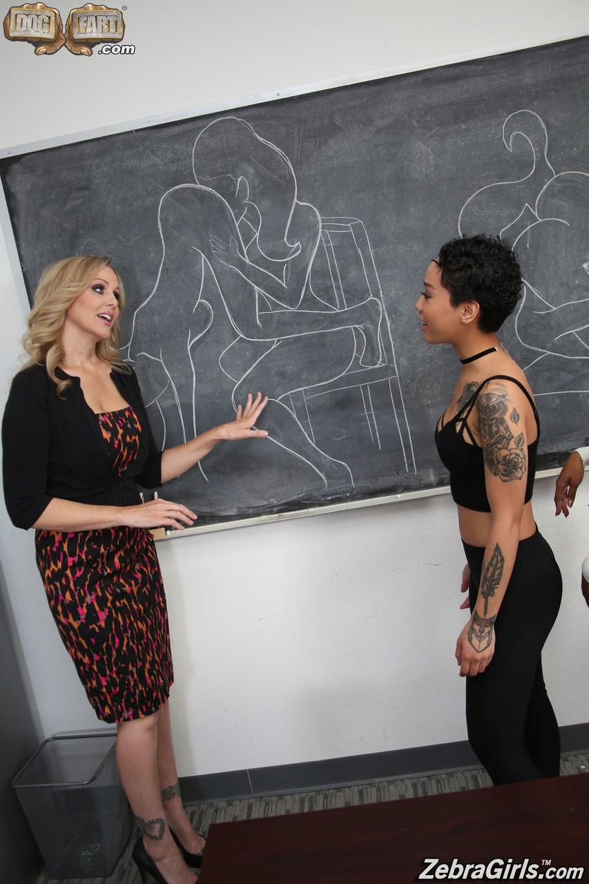 Джулия Энн и две черные лесбиянки в колледже. Фото - 4
