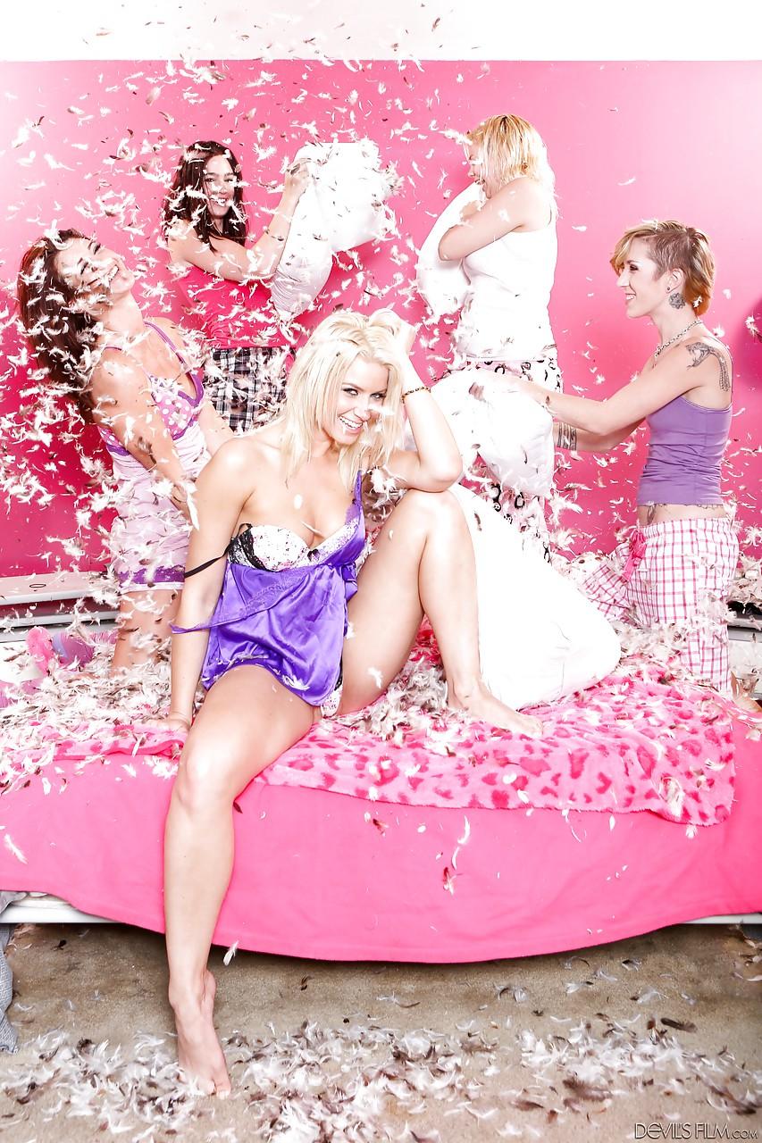 Одна давалка против четырех девок со страпонами. Фото - 1