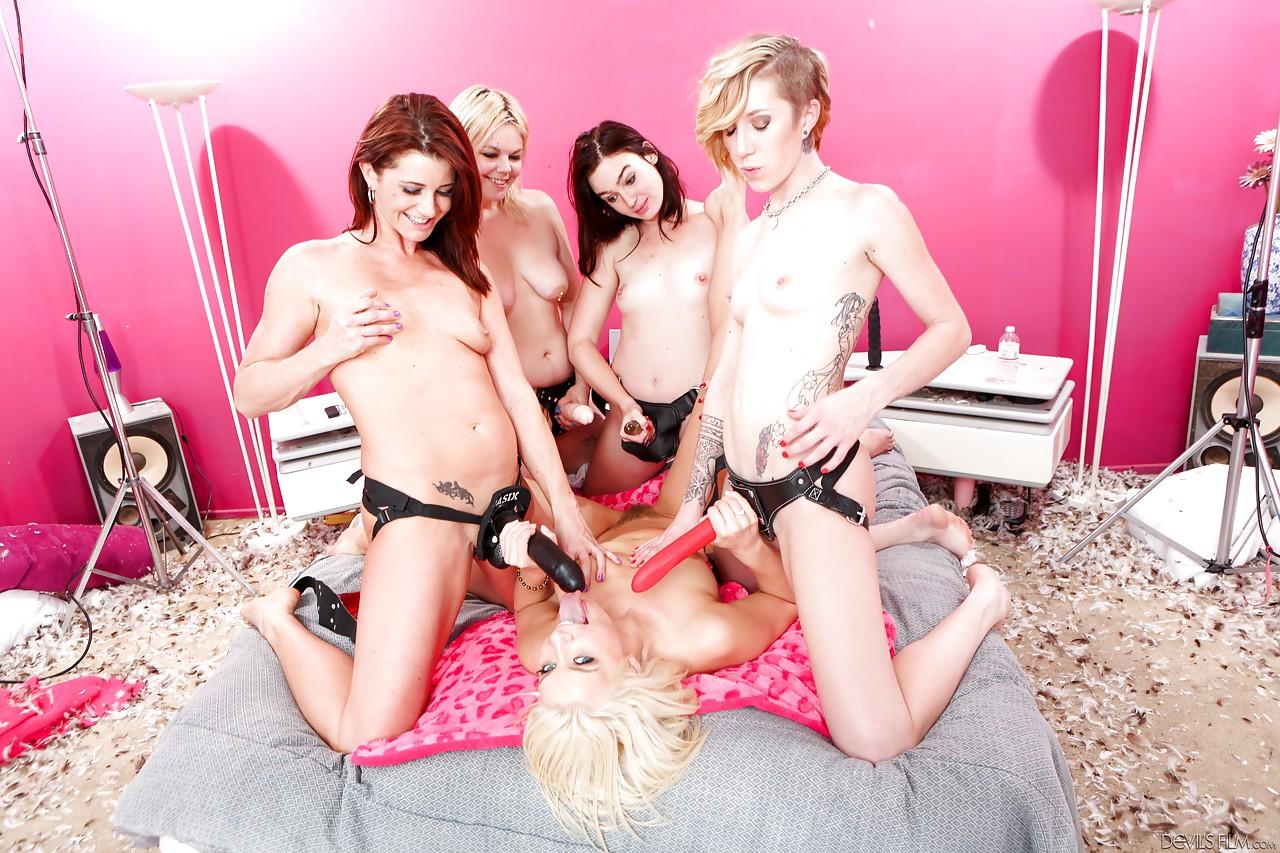 Одна давалка против четырех девок со страпонами. Фото - 13