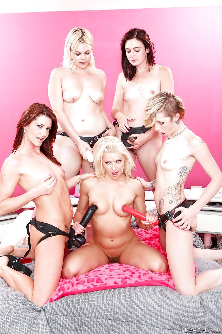 Одна давалка против четырех девок со страпонами. Фото - 14
