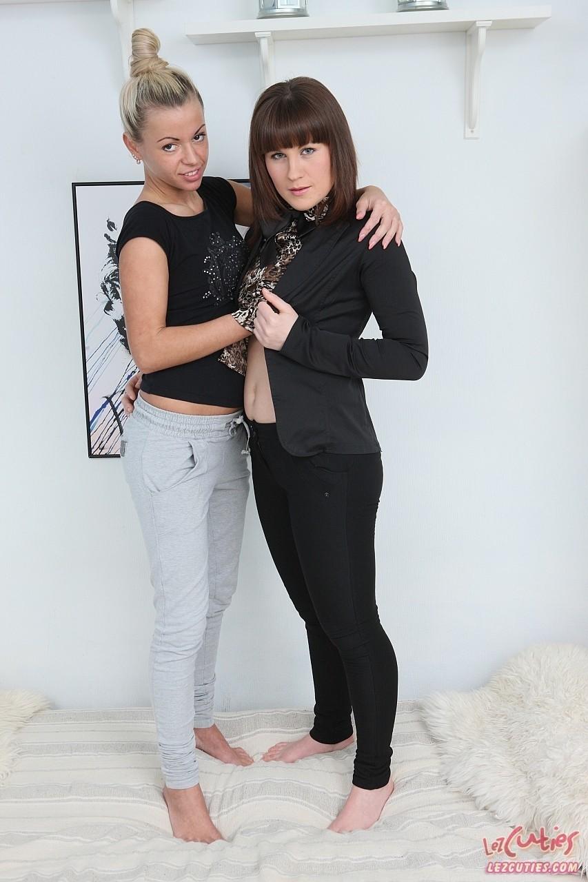 Онанирование жоп в исполнении лесбиянок. Фото - 1