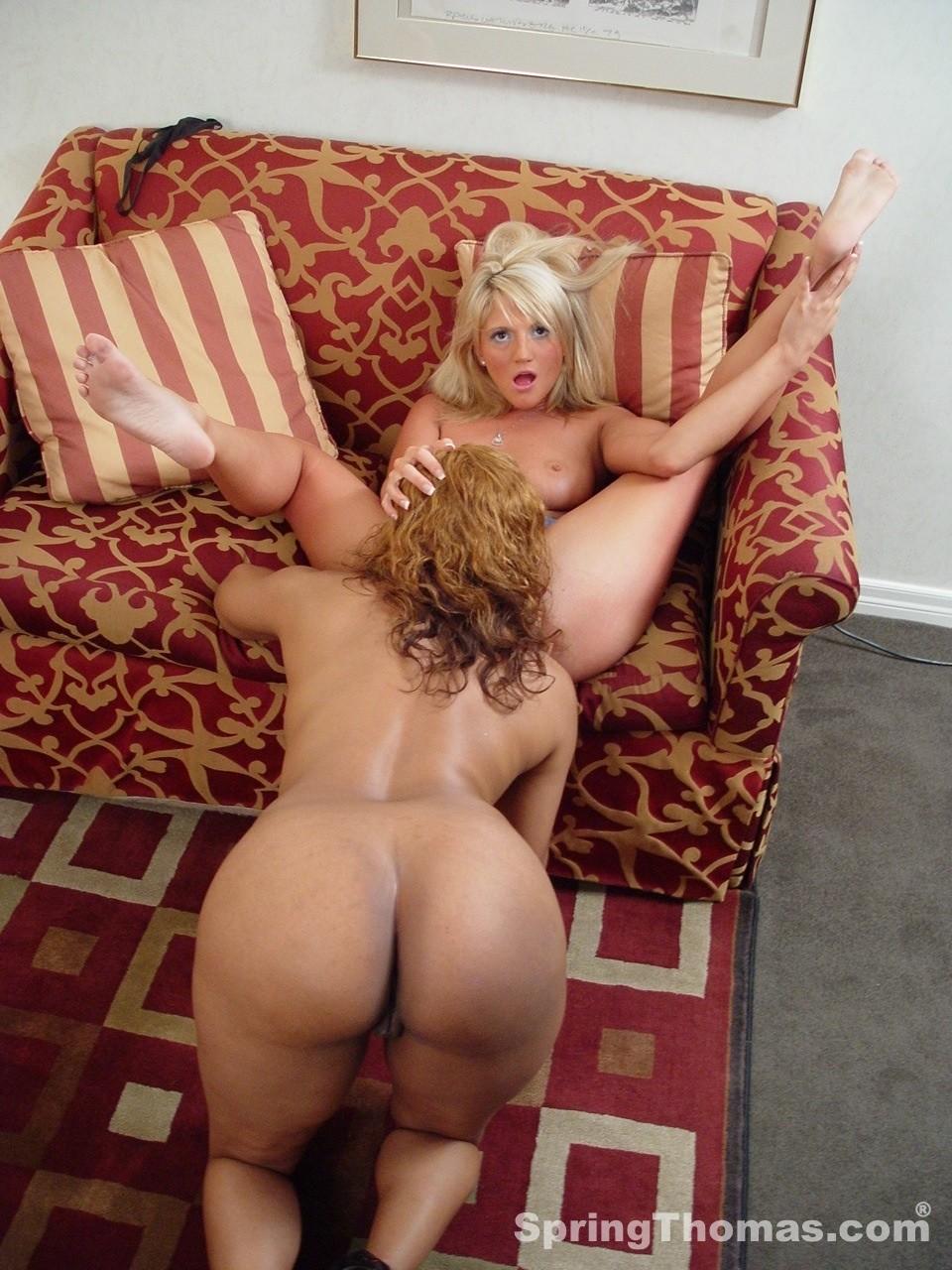 Две негритянки ебут белую лесбиянку. Фото - 7