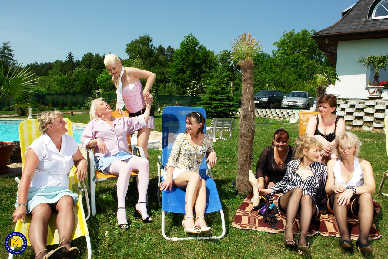 Оргия блондинки со старушками. Фото - 1