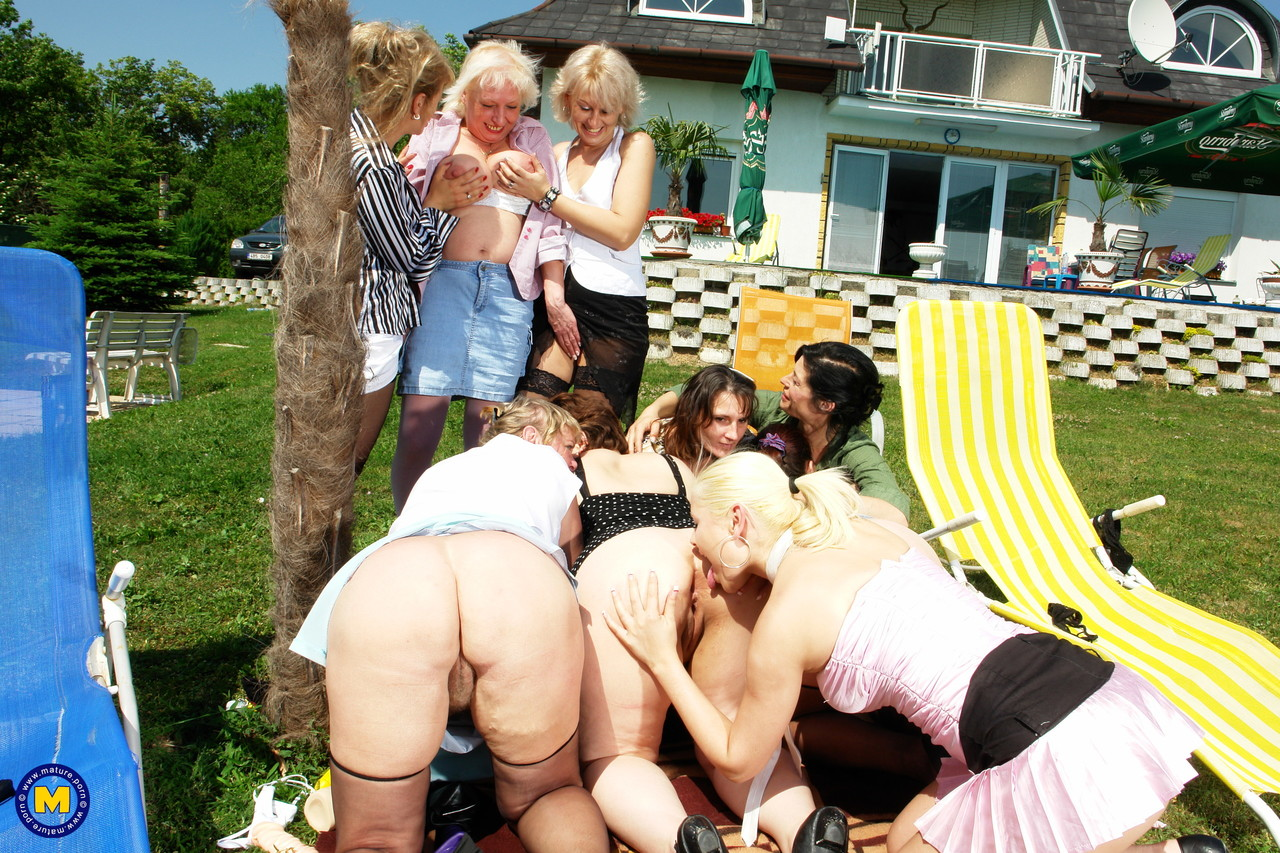 Оргия блондинки со старушками. Фото - 12
