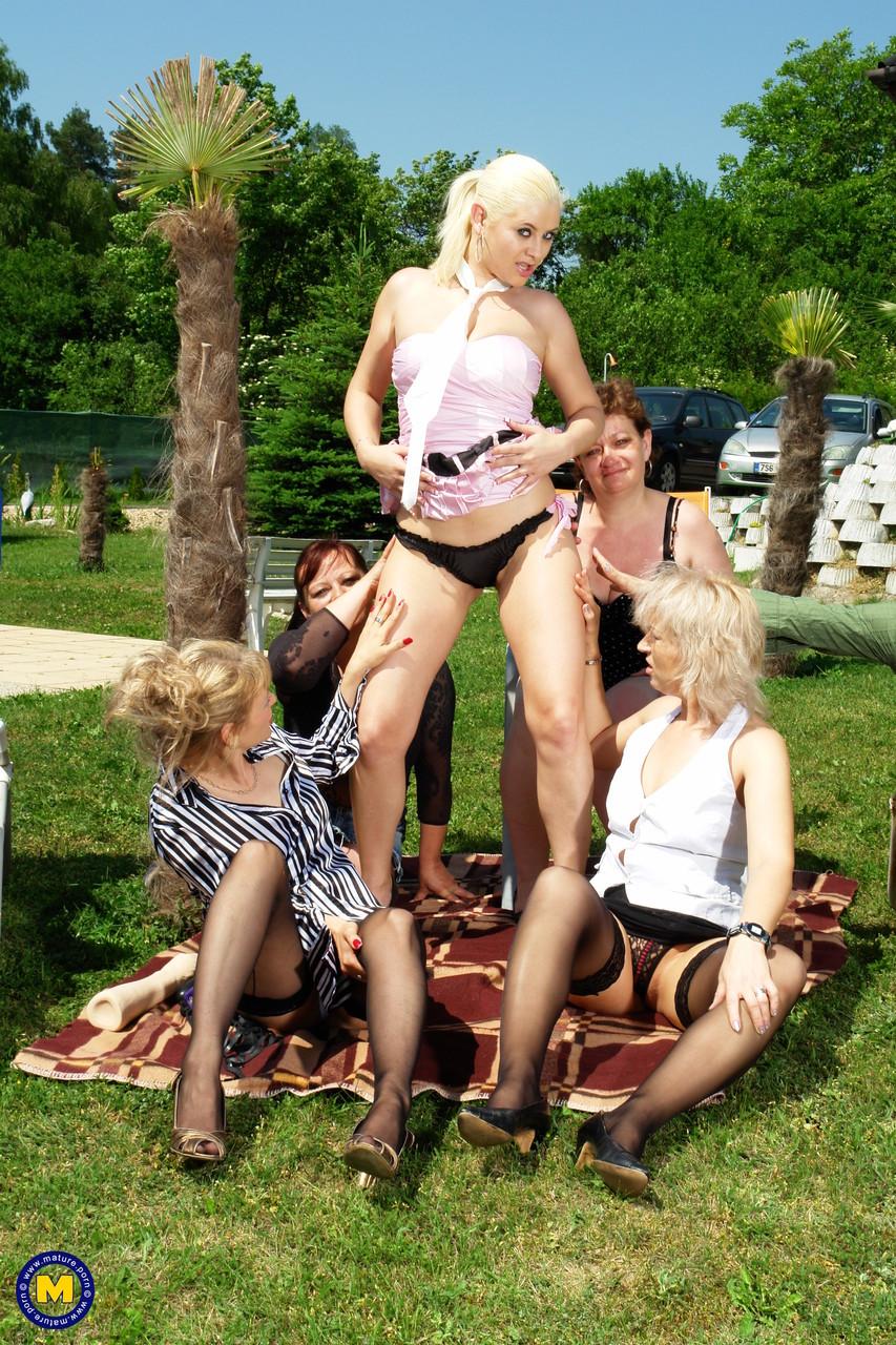Оргия блондинки со старушками. Фото - 2
