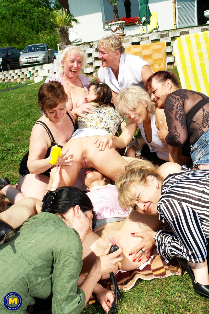 Оргия блондинки со старушками. Фото - 9