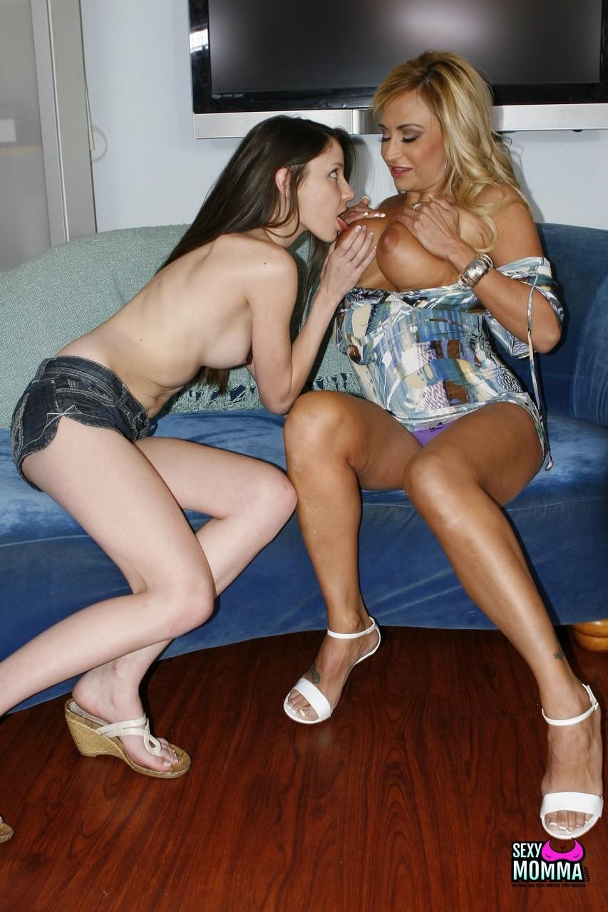 Розовая порно мамочка в сексе с молоденькой. Фото - 11