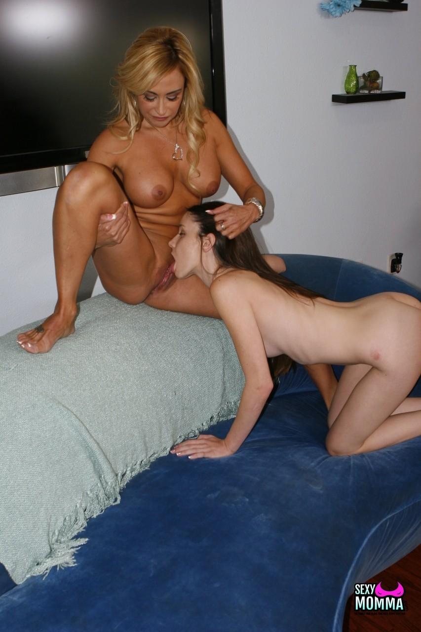 Розовая порно мамочка в сексе с молоденькой. Фото - 15