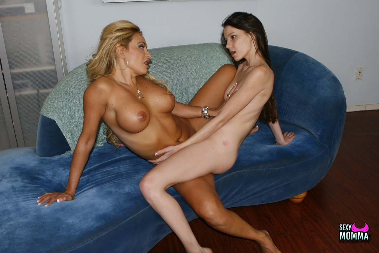 Розовая порно мамочка в сексе с молоденькой. Фото - 17