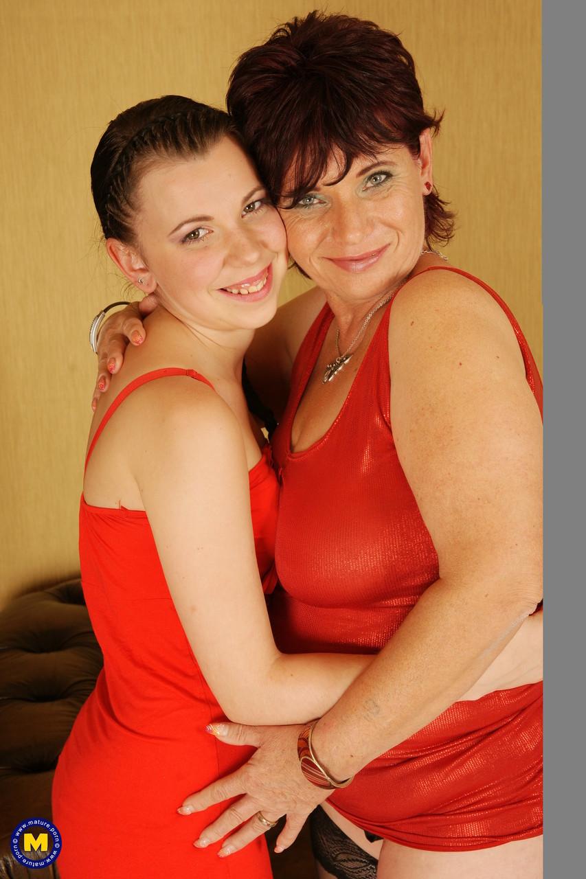 Дочка против мамы на горячих фото