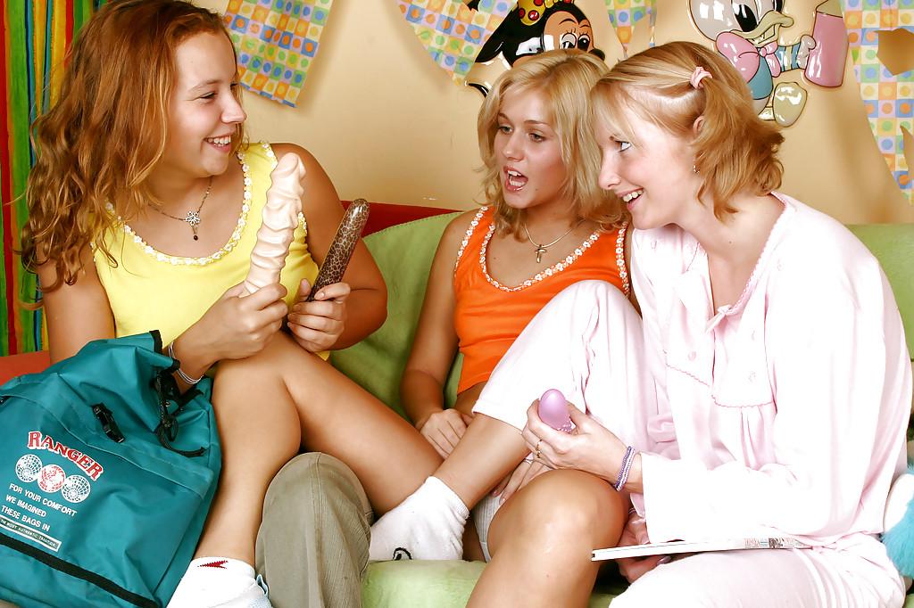 Тройничок крошек с дилдо. Фото - 1