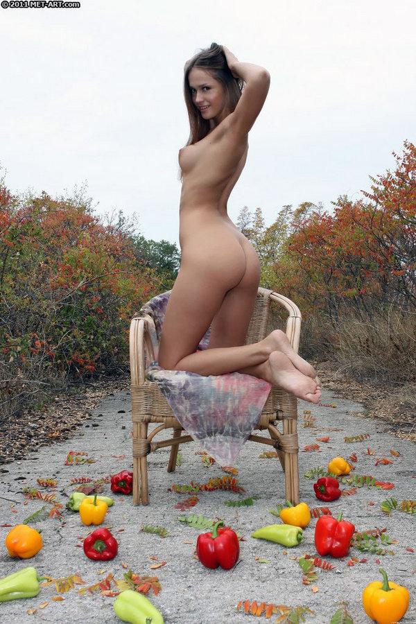 Голая с перцами на осенних фотках. Фото - 4