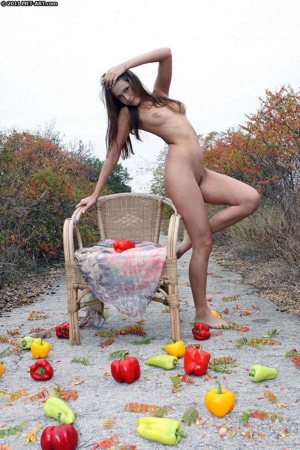 Голая с перцами на осенних фотках. Фото - 6