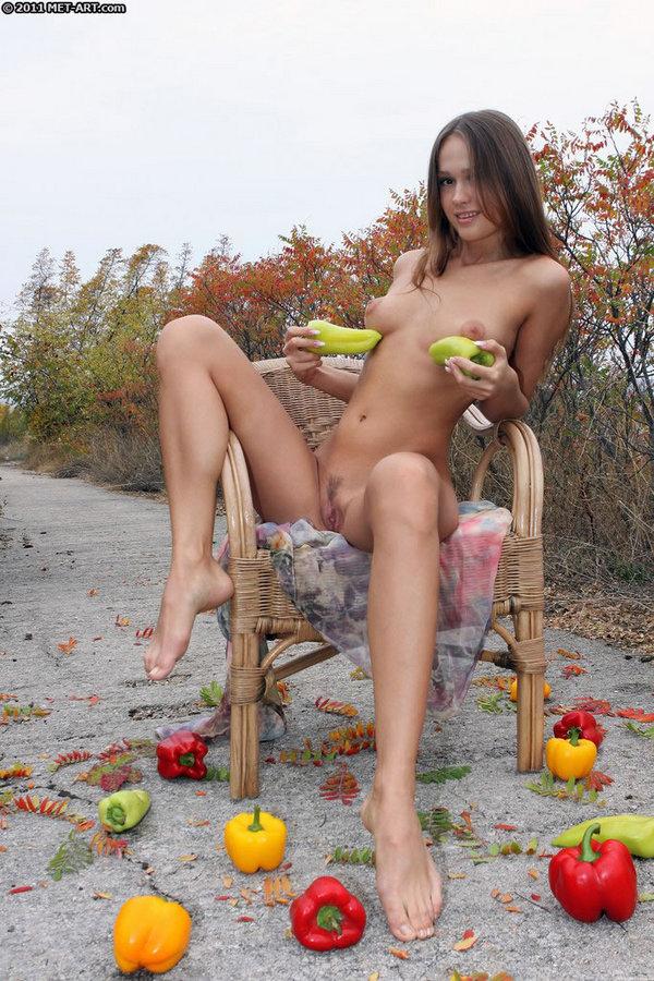 Голая с перцами на осенних фотках. Фото - 8