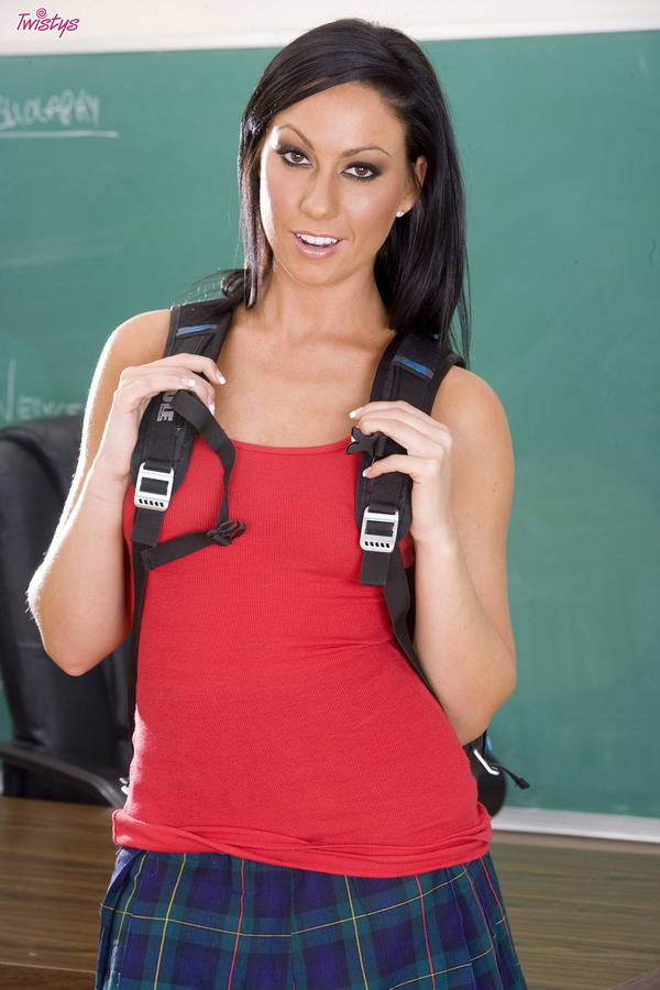 Студентка демонстрирует прелести в колледже. Фото - 1