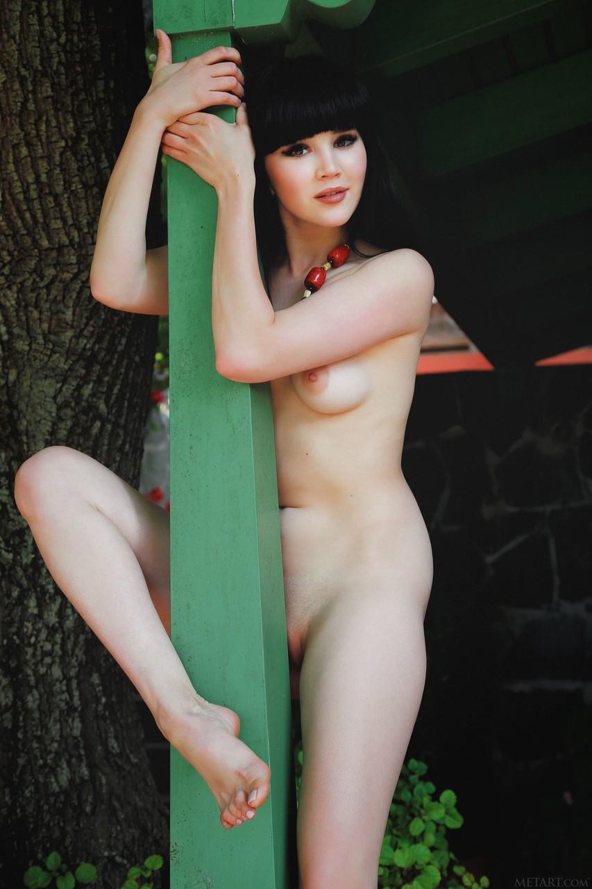 Картинки про молодую брюнетку голышом. Фото - 12