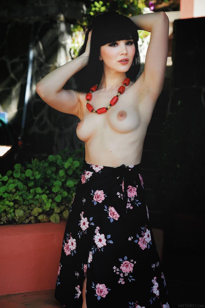 Картинки про молодую брюнетку голышом. Фото - 2