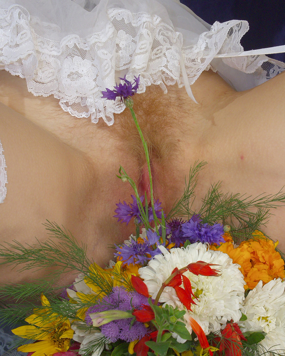 Нимфоманка с букетом полевых цветов. Фото - 11