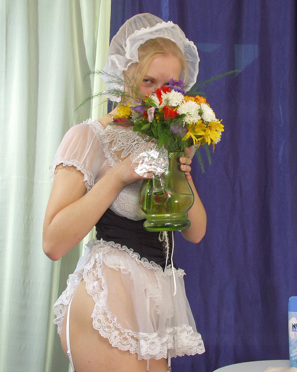 Нимфоманка с букетом полевых цветов. Фото - 2
