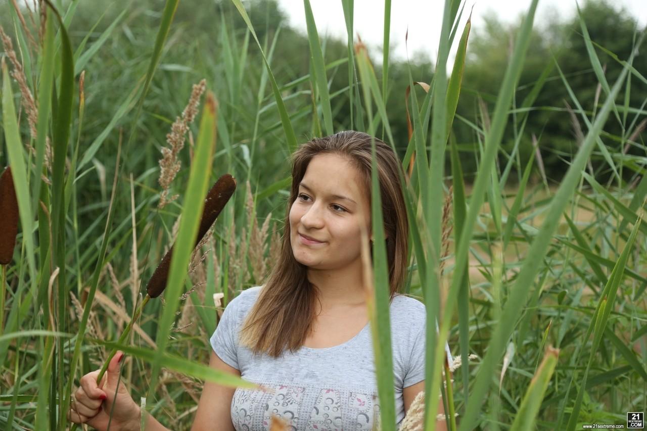 Молодая нудистка на природе. Фото - 2