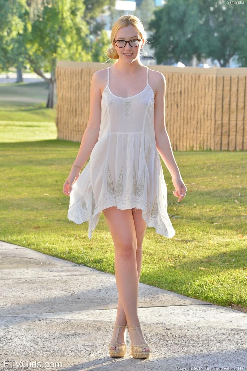 Кувыркания очкастой девушки без трусов на прогулке. Фото - 1