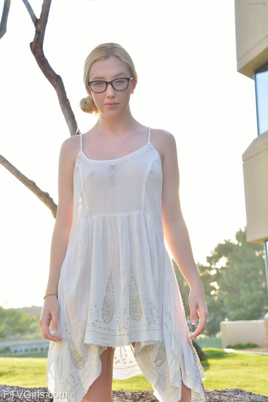 Кувыркания очкастой девушки без трусов на прогулке. Фото - 4
