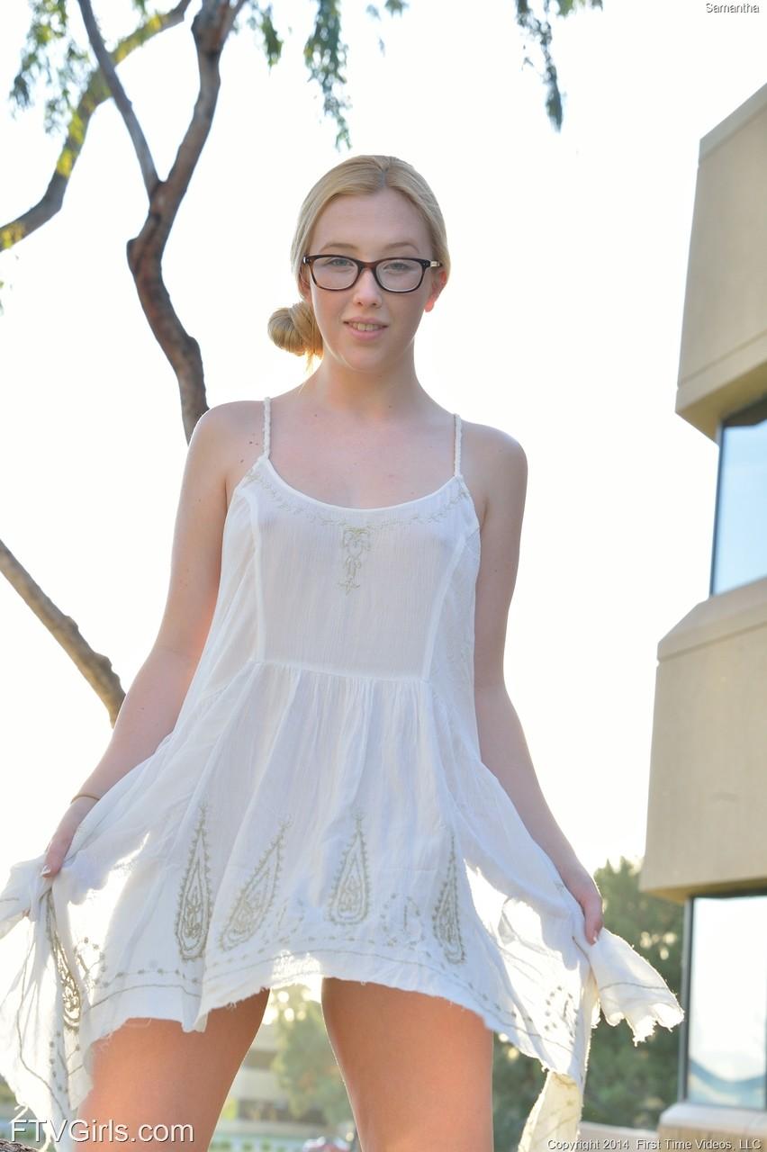 Кувыркания очкастой девушки без трусов на прогулке. Фото - 5