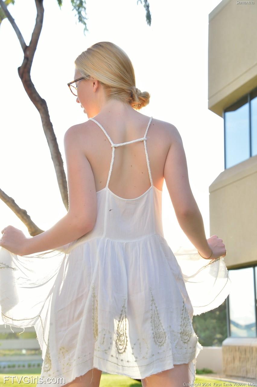 Кувыркания очкастой девушки без трусов на прогулке. Фото - 6