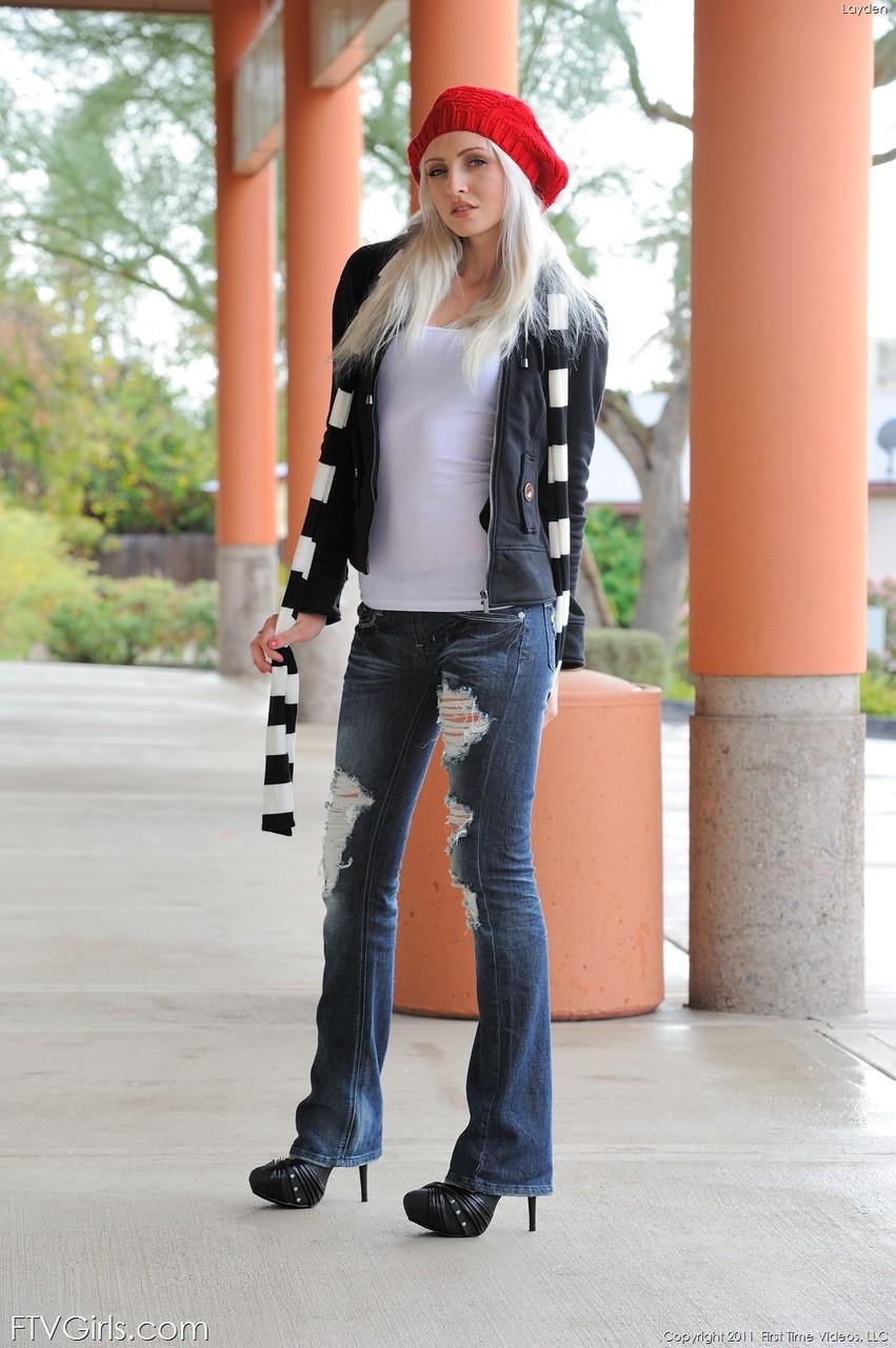Блондинка в красном берете и полосатом шарфике. Фото - 1