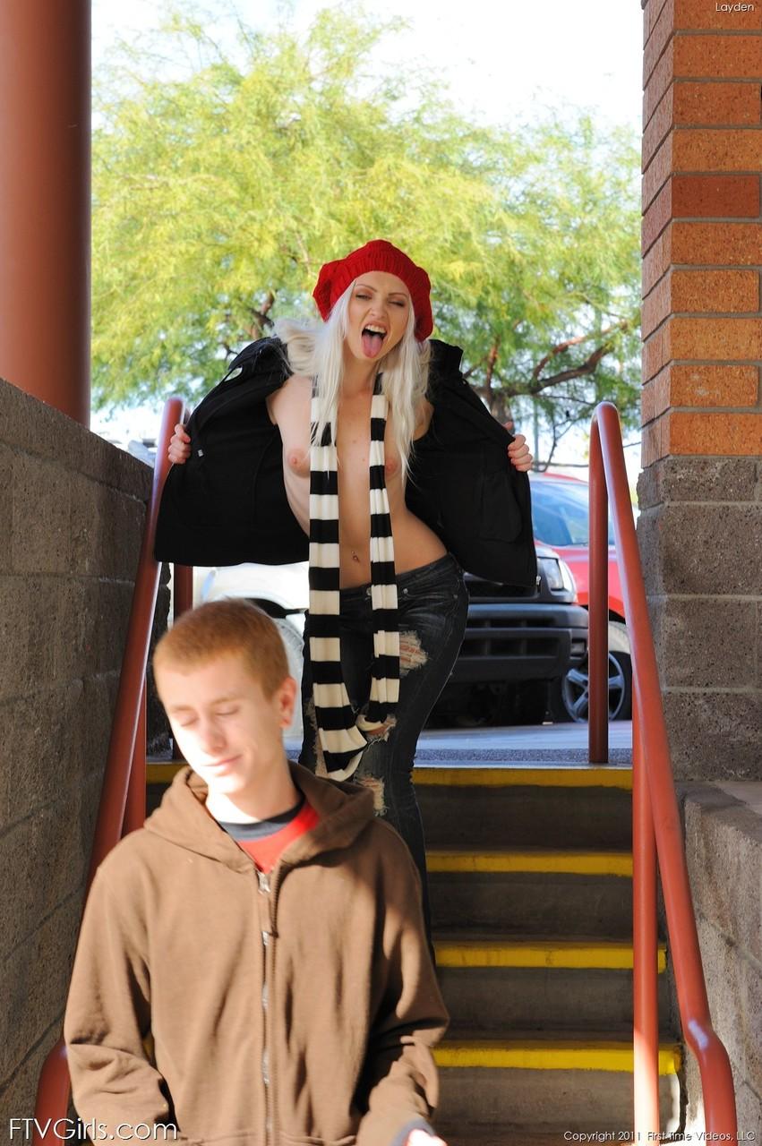 Блондинка в красном берете и полосатом шарфике. Фото - 10