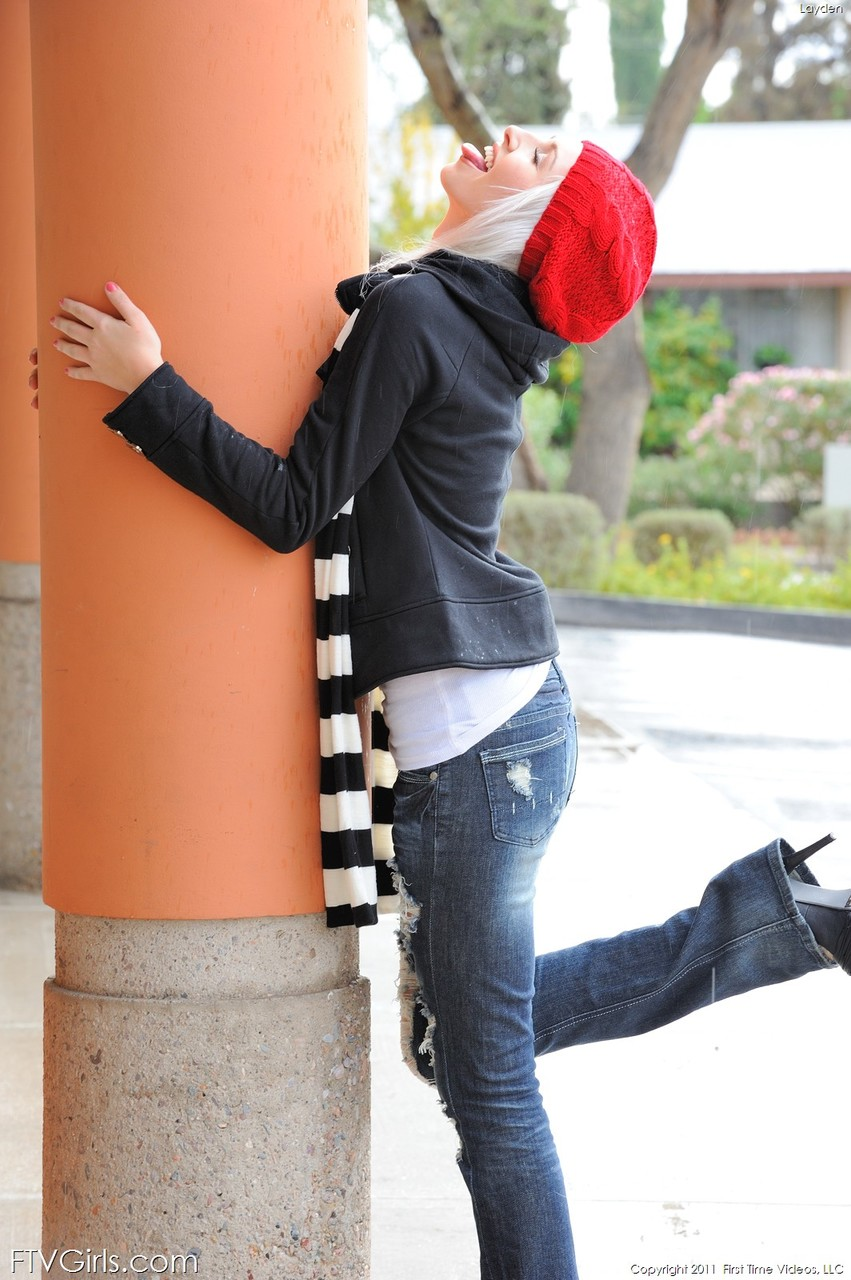 Блондинка в красном берете и полосатом шарфике. Фото - 6