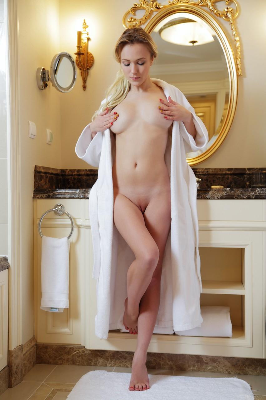 Красавица позирует в ванной. Фото - 2