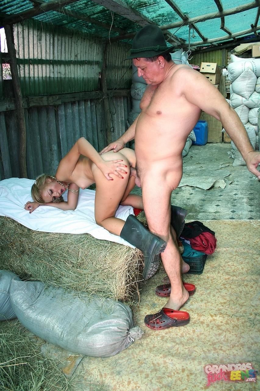 Трах соски и зрелого крестьянина в сарае. Фото - 10