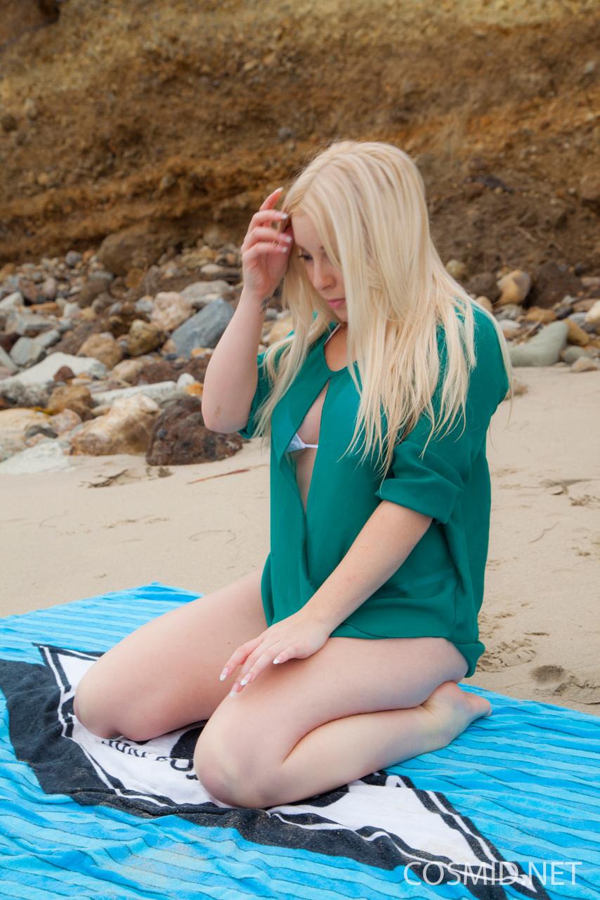 Ню блондинки на море