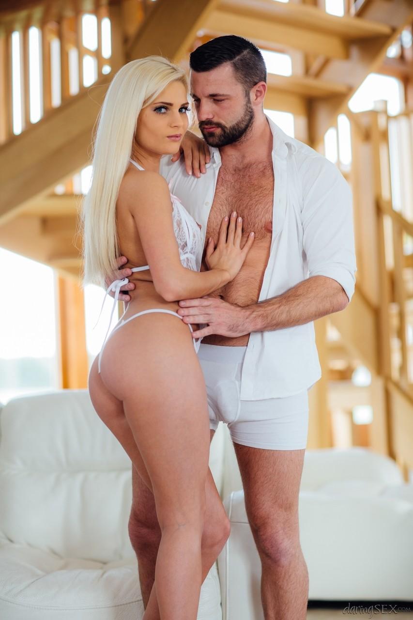 Блондинка с мужиком на снимках про еблю