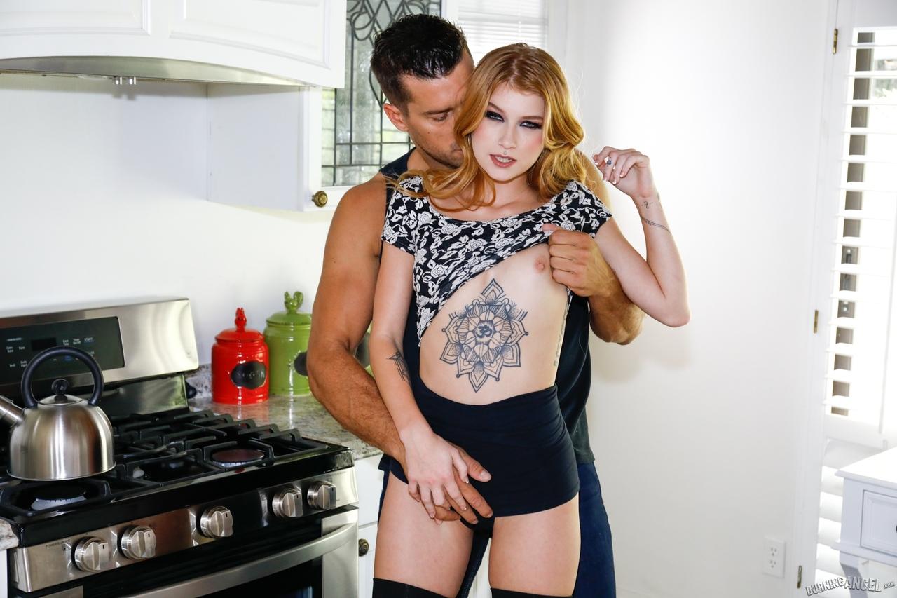 Интим татуированной шлюшки и кобеля на кухне