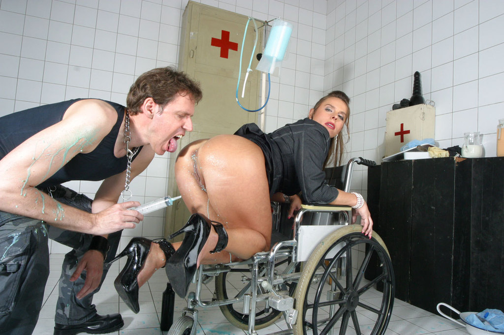 Pissing. Gallery - 1052. Photo - 12