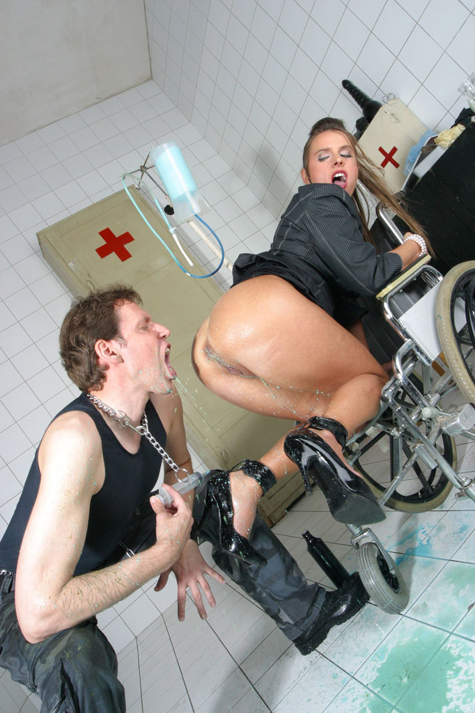 Pissing. Gallery - 1052. Photo - 13