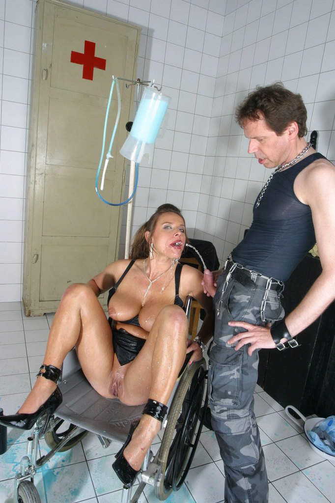 Pissing. Gallery - 1052. Photo - 15