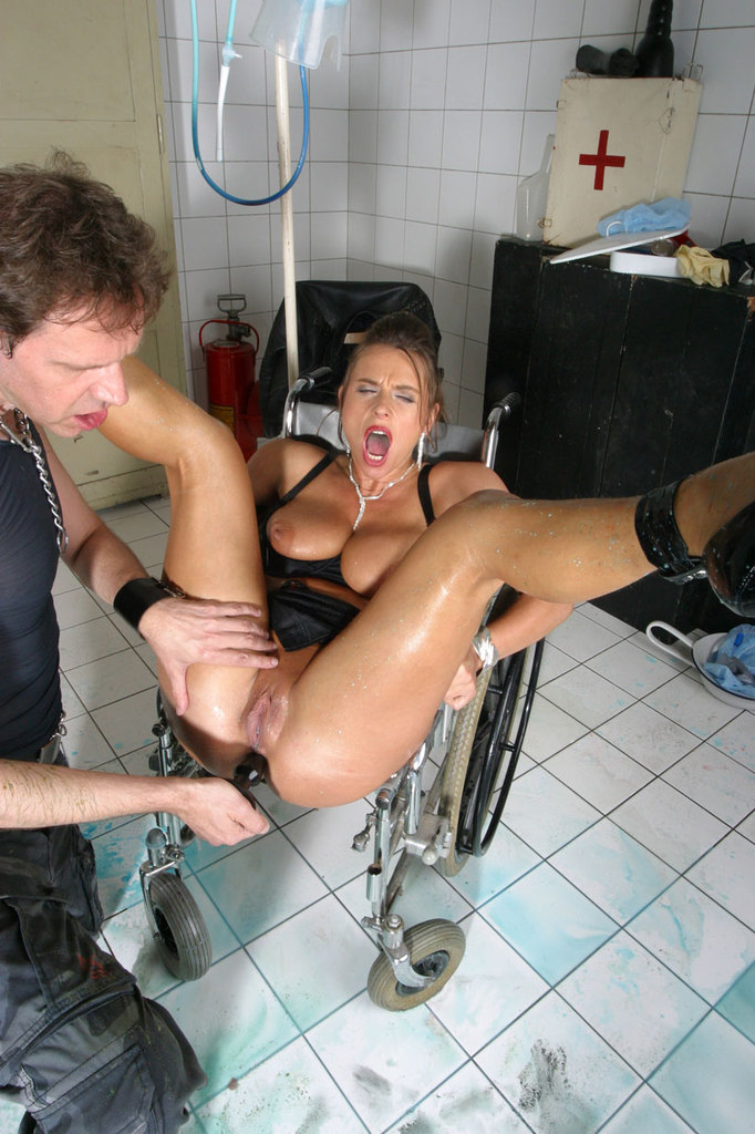 Pissing. Gallery - 1052. Photo - 16