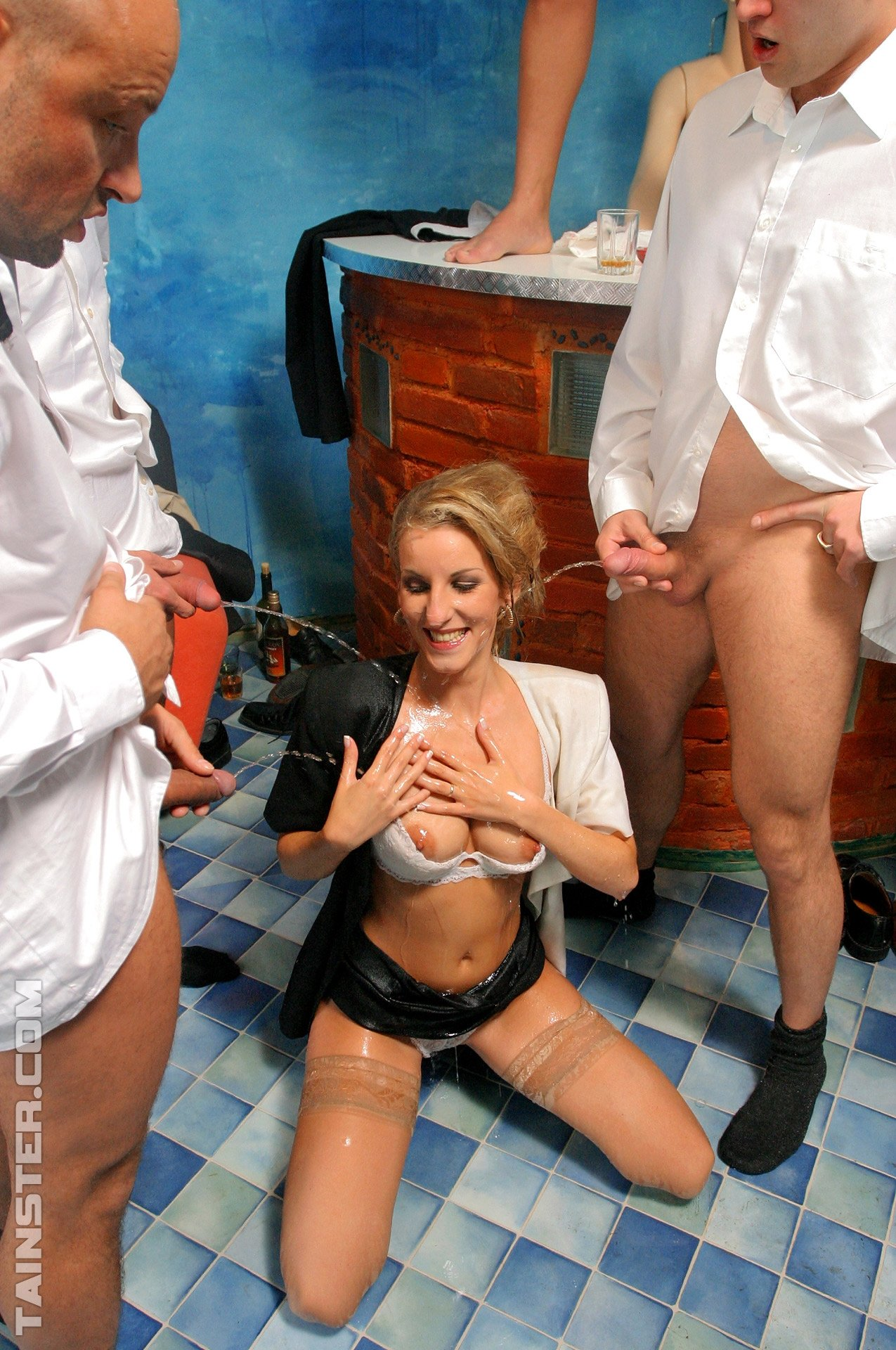 Pissing. Gallery - 1085. Photo - 7