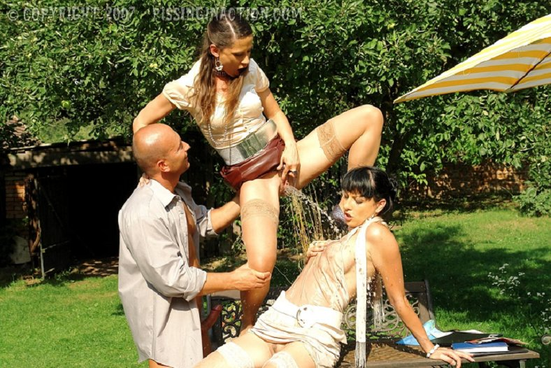 Pissing. Gallery - 1092. Photo - 6
