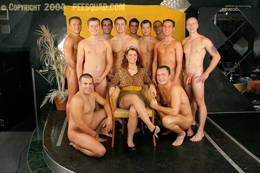 Сначала одиннадцать парней выебали рыжую, а потом на нее дружно писают. Фото - 1