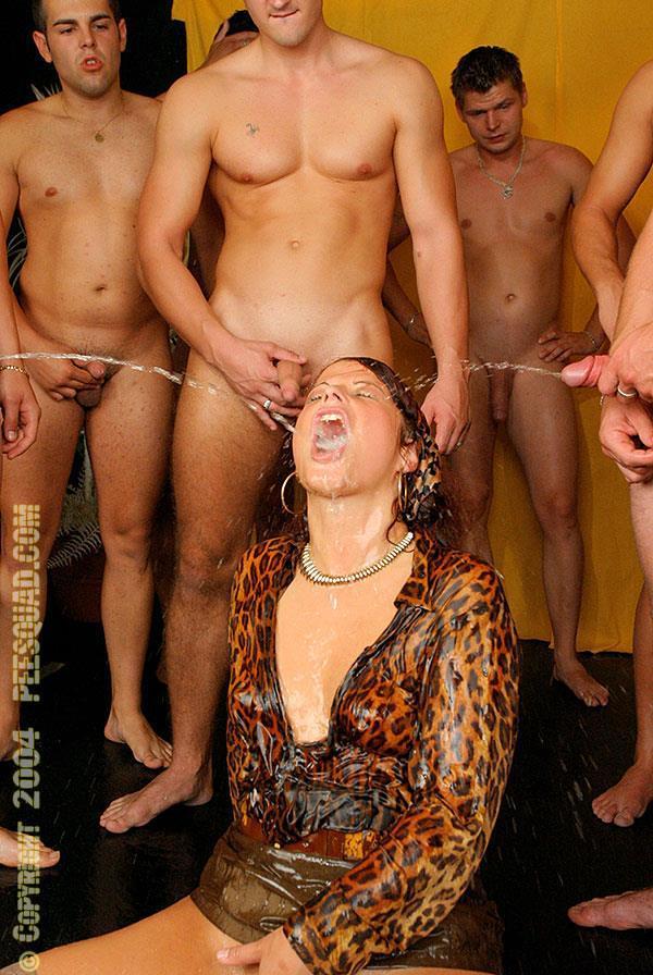 Сначала одиннадцать парней выебали рыжую, а потом на нее дружно писают. Фото - 14